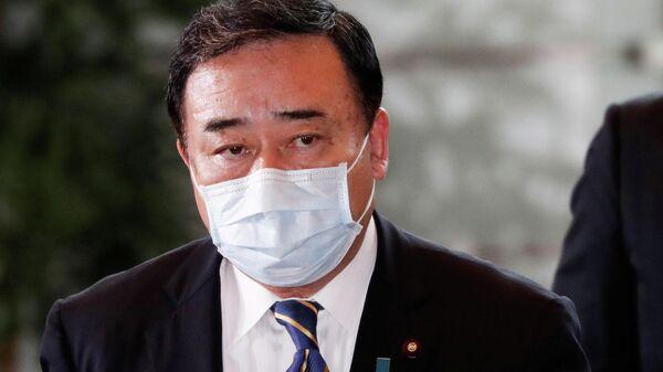 Министр экономики, торговли и промышленности Японии Хироси Кадзияма прибывает в резиденцию премьер-министра в Токио