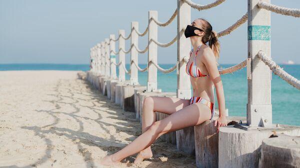 Девушка в маске на пляже