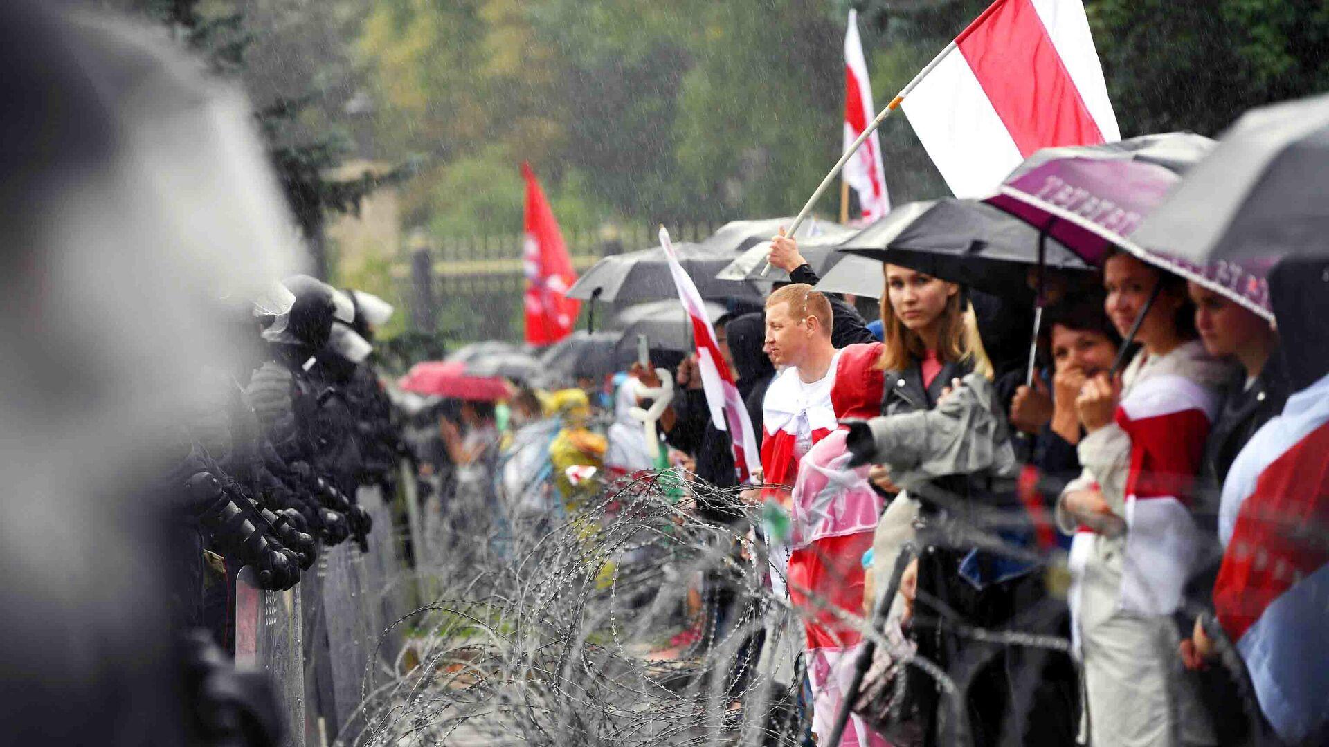 Участники акции и сотрудники милиции на одной из улиц в Минске - РИА Новости, 1920, 16.09.2020