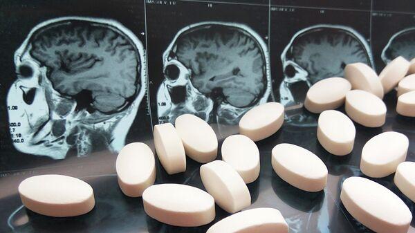 Таблетки на фоне снимков МРТ