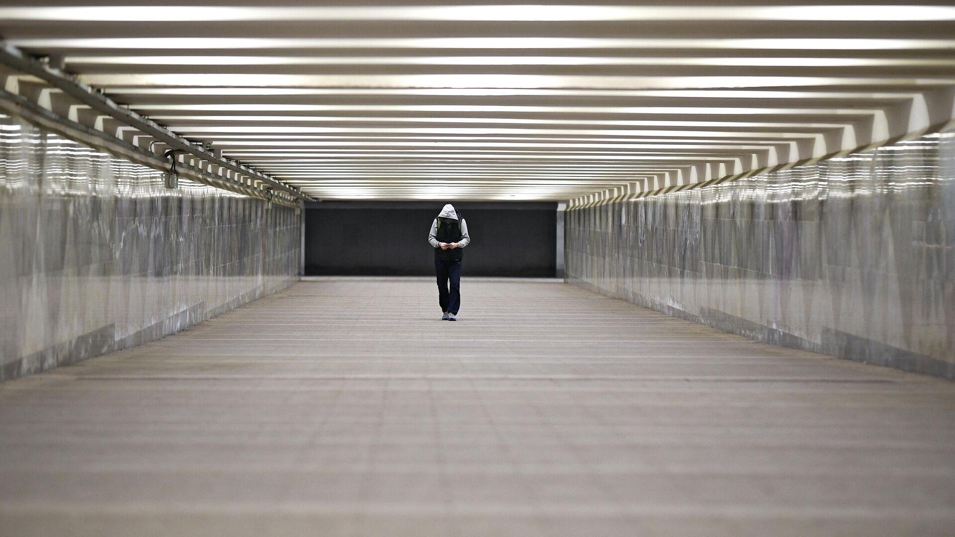 Прохожий в подземном переходе в центре Москвы - РИА Новости, 1920, 02.10.2020