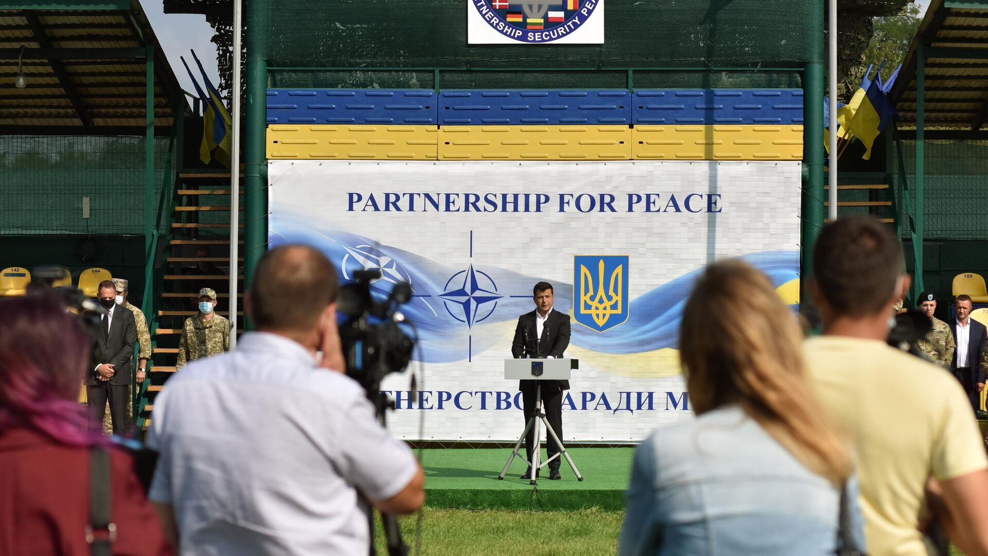 Президент Украины Владимир Зеленский на церемонии открытия военных совместных военных учений Украины и стран НАТО Rapid Trident-2020 - РИА Новости, 1920, 18.02.2021