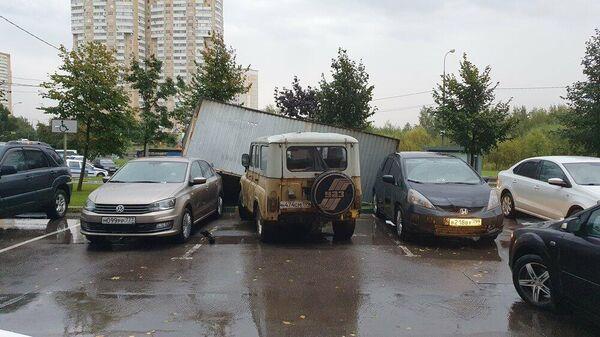 Сорванный ветром с места гараж-ракушка в Москве. 17 сентября 2020