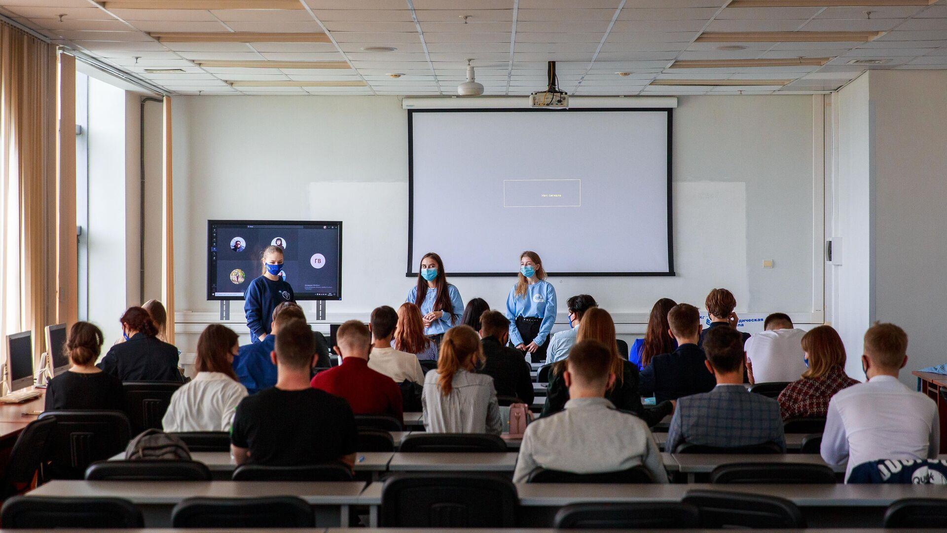 Студенты в аудитории Дальневосточного федерального университета  - РИА Новости, 1920, 30.10.2020