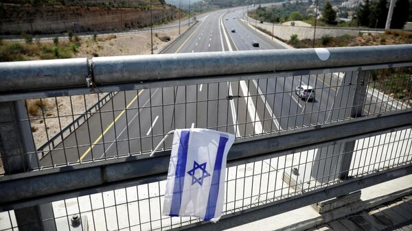 Израильский флаг на мосту перед введением повторного карантина