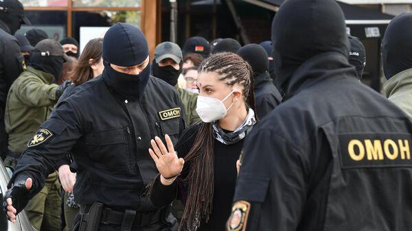 Сотрудники ОМОНа задерживают участников марша оппозиции в Минске