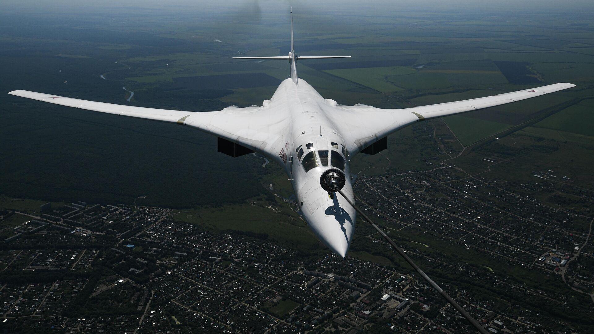 Стратегический бомбардировщик-ракетоносец Ту-160  - РИА Новости, 1920, 14.10.2020
