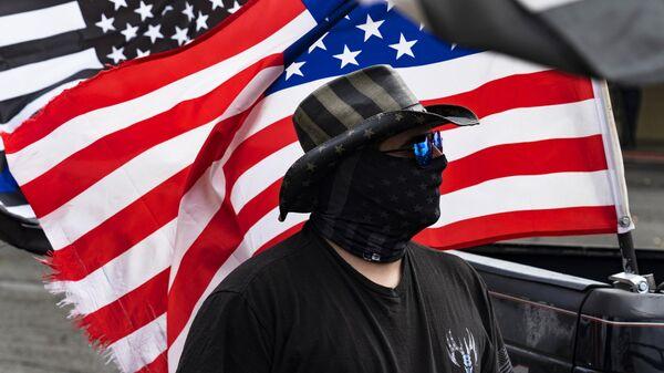 Участник на акции сторонников Дональда Трампа в Грешеме