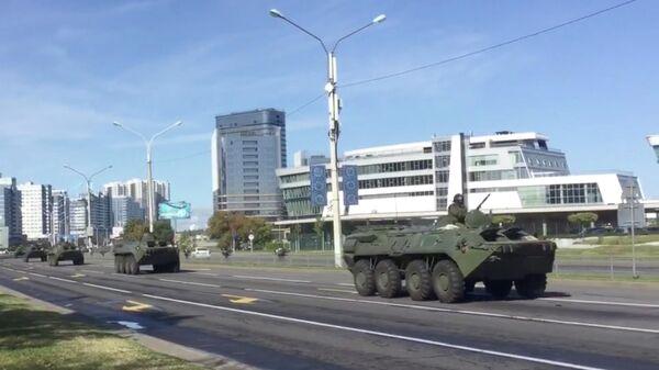 Колонна из 10 БТР движется со стороны области к резиденции Александра Лукашенко в Минске. Стоп-кадр видео