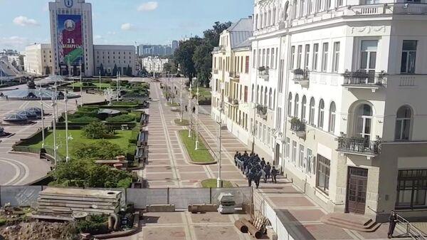 Сотрудники правоохранительных органов на площади Независимости в Минске. Стоп-кадр видео