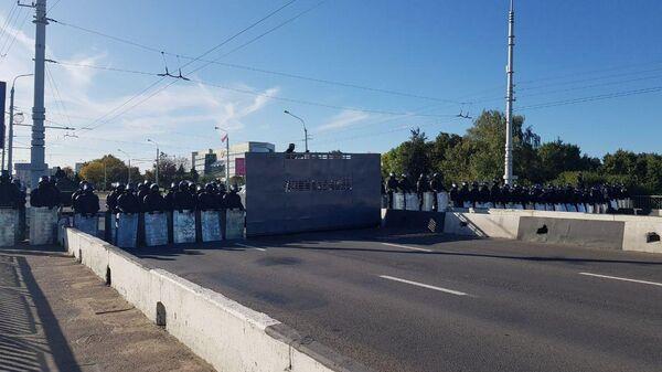 Оцепление ОМОН выставили на мосту на Орловской улице, перекрыв проход к Верховному суду и Дворцу президента в Минске