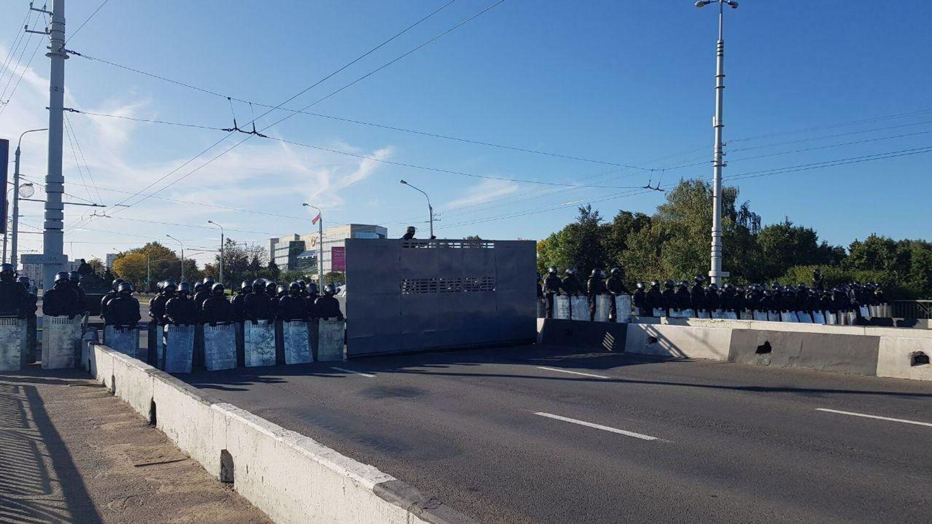 Оцепление ОМОН выставили на мосту на Орловской улице, перекрыв проход к Верховному суду и Дворцу президента в Минске - РИА Новости, 1920, 20.09.2020