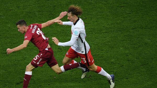 Игрок ФК Рубин Денис Макаров (слева) и игрок ФК Спартак Алекс Крал