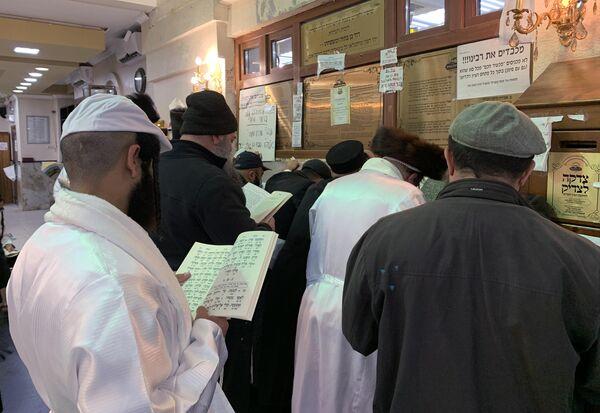 Паломники-хасиды во время молитвы на могиле основателя брацлавского хасидизма рабби Нахмана, жившего в XVIII - XIX веках