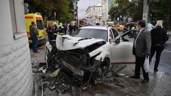 Автомобиль Infiniti, пострадавший в ДТП в центре Москвы