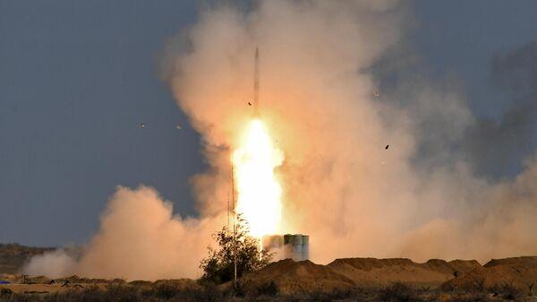 Пусковая установка зенитно-ракетного комплекса С-400 Триумф во время командно-штабных учений Кавказ-2020