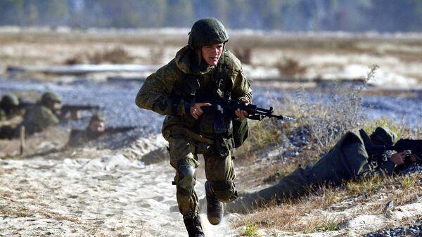Военнослужащий во время учений Славянское братство - 2020