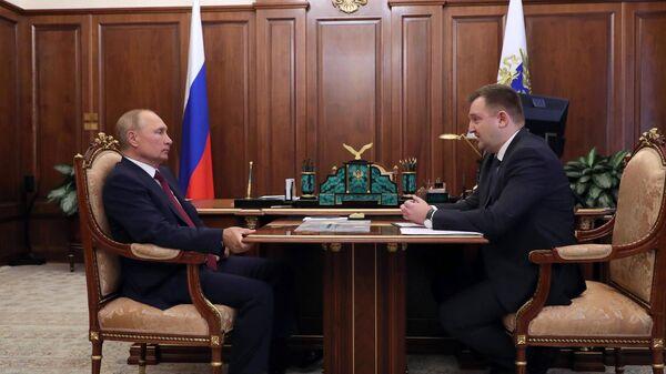 Президент РФ Владимир Путин и руководитель Федерального агентства по делам молодёжи Александр Бугаев (справа) во время встречи