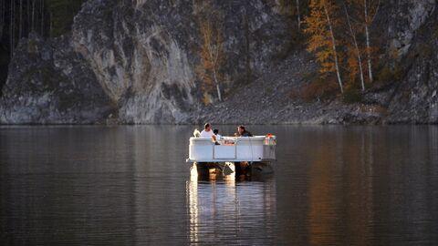 Отдыхающие на моторном катамаране на Бирюсинском заливе в Красноярском водохранилище в Красноярском крае