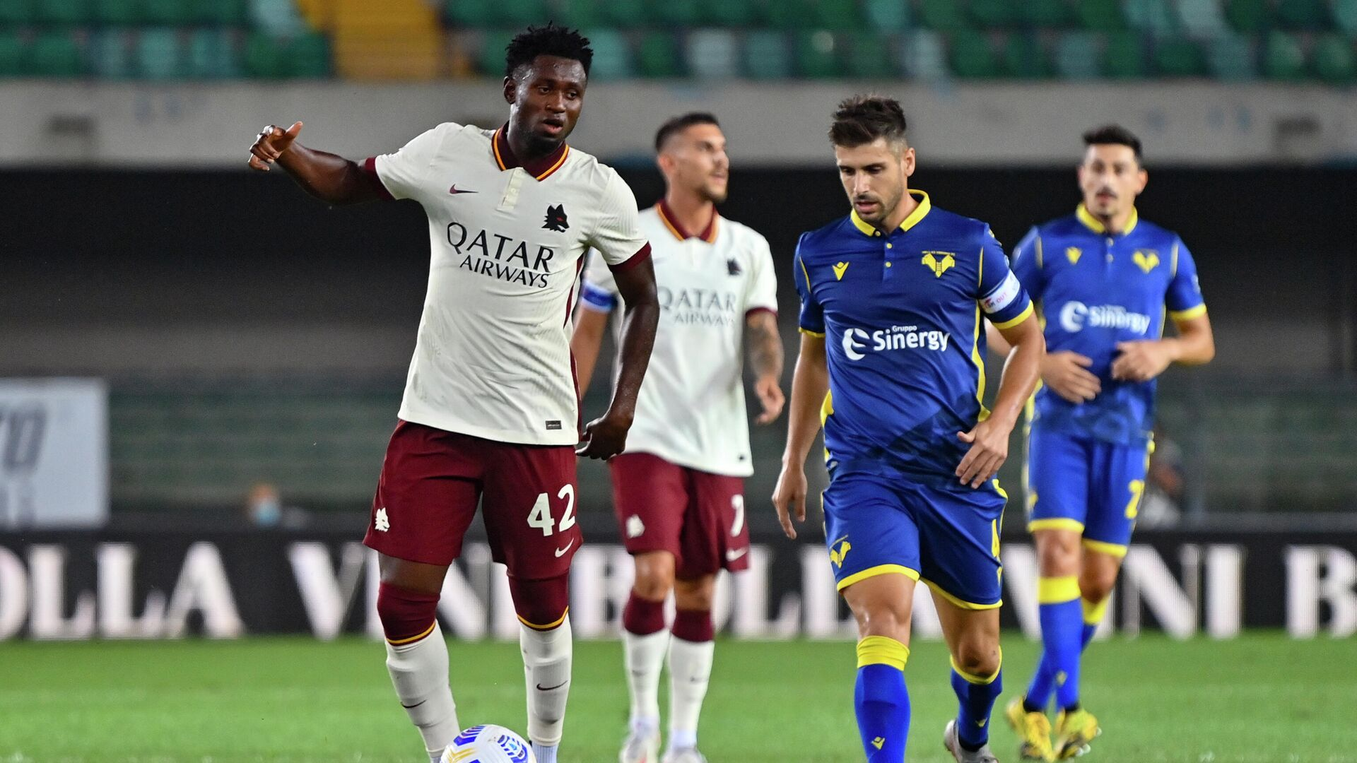 AS Roma's Guinean midfielder Amadou Diawara (L) controls the ball during the Italian Serie A football match Hellas Verona vs As Roma on September 19, 2020 at Marcantonio Bentegodi stadium in Verona. - Roma's match against Hellas Verona ended 0-0, but since Diawara, 23, was added by mistake by Roma in their under-22 list, the club could be assigned a 3-0 loss to Verona. (Photo by Alberto PIZZOLI / AFP) - РИА Новости, 1920, 22.09.2020
