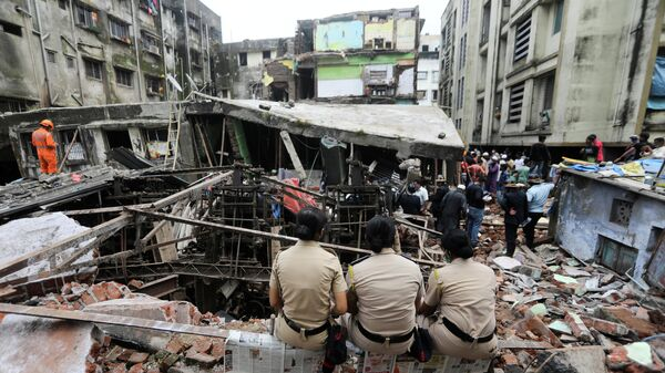 Последствия обрушения трехэтажного здания в городе Бхиванди, Индия
