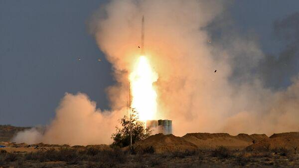 Пусковая установка зенитно-ракетного комплекса С-400 Триумф во время командно-штабных учений Кавказ-2020 на полигоне Ашулук в Астраханской области
