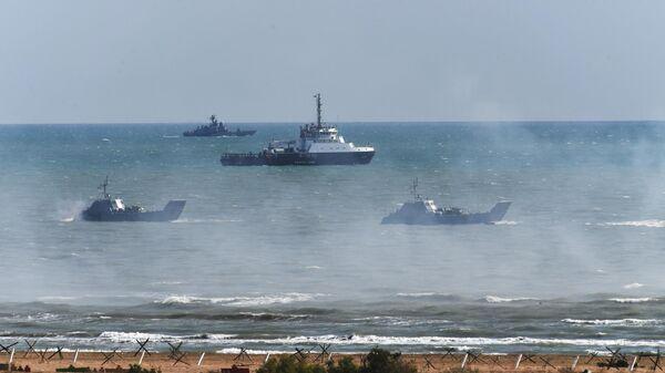 Десантные катера (на первом плане), буксирное судно (в центре) и ракетный катер во время командно-штабных учений Кавказ-2020 на полигоне Турали в республике Дагестан