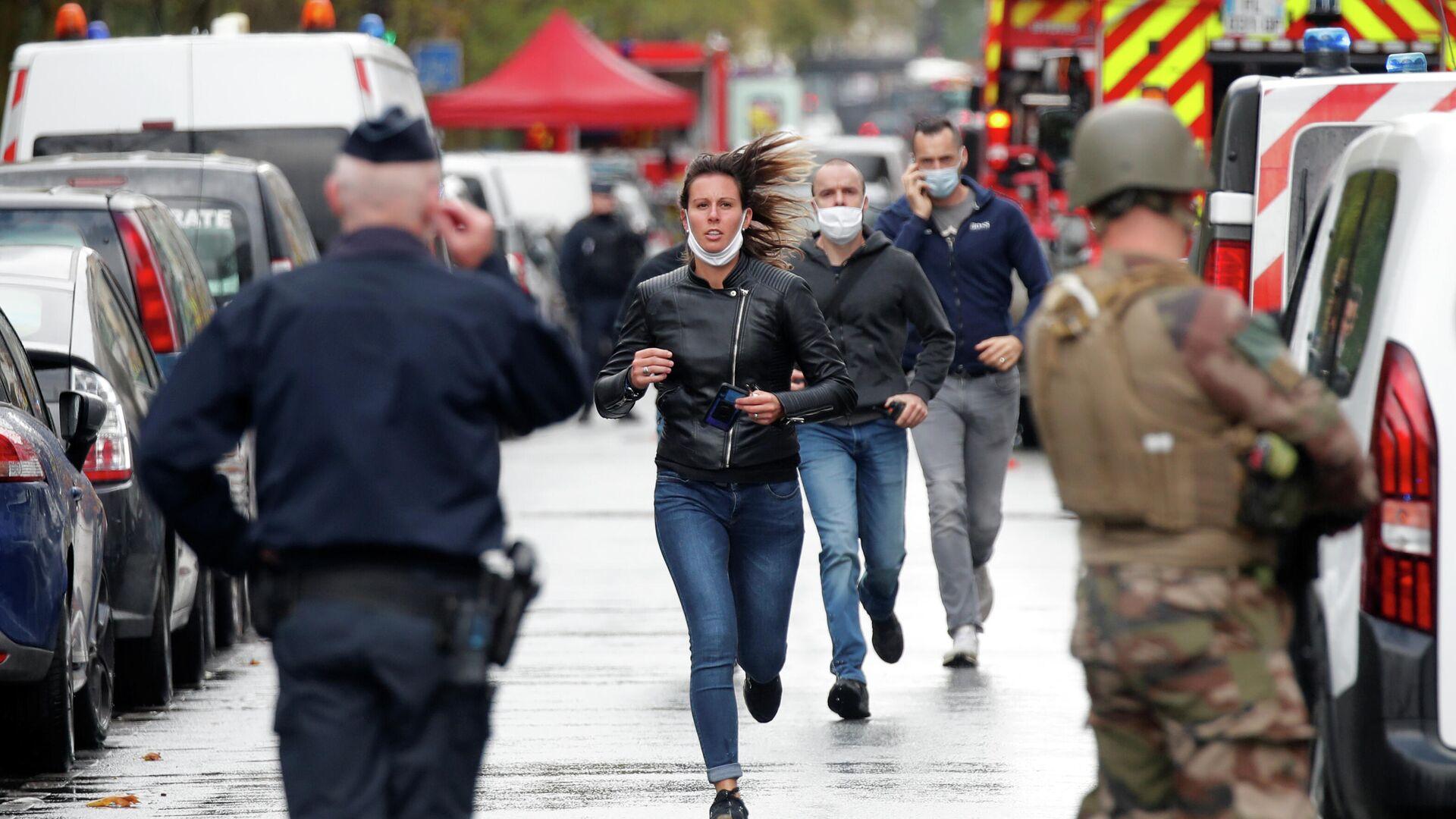 Прохожие на месте нападения у бывшего офиса французского сатирического журнала Charlie Hebdo в Париже - РИА Новости, 1920, 25.09.2020