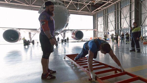 Денис Вовк выполняет трек-пул самолет Airbus A-319 Спортолёт весом 43 тонны в аэропорту Пулково