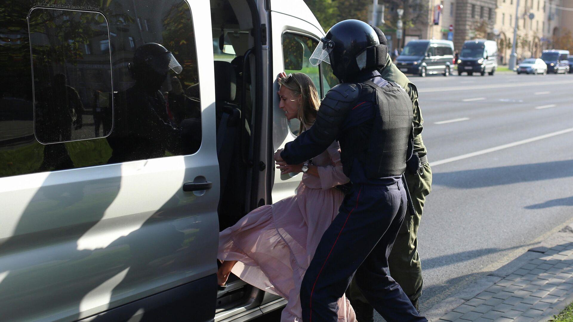 Сотрудники правоохранительных органов задерживают женщину во время митинга оппозиции в Минске - РИА Новости, 1920, 26.09.2020