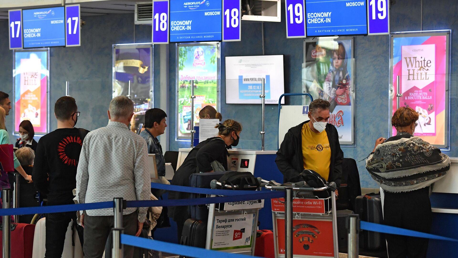 Пассажиры у стойки регистрации в национальном аэропорту Минск - РИА Новости, 1920, 26.09.2020