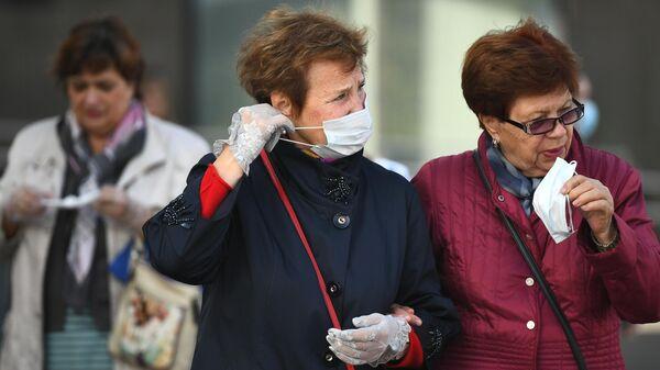 Женщины в защитных масках на улице Москвы