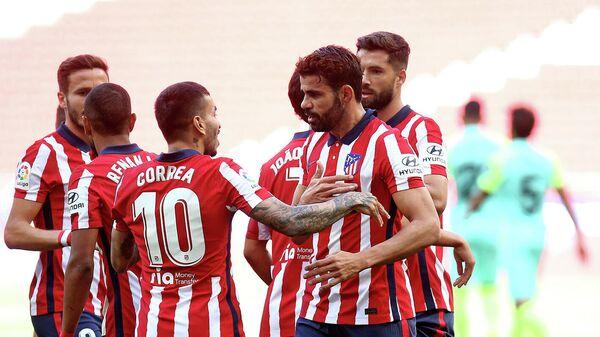 Нападающий Атлетико Мадрид Диего Коста с одноклубниками