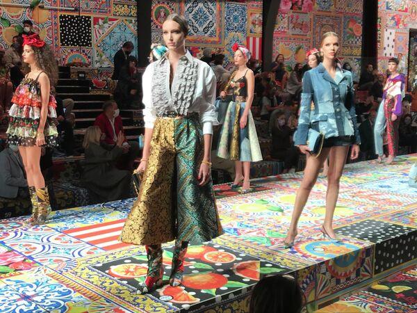 Модели на показе коллекции Dolce & Gabbana в рамках Недели моды в Милане
