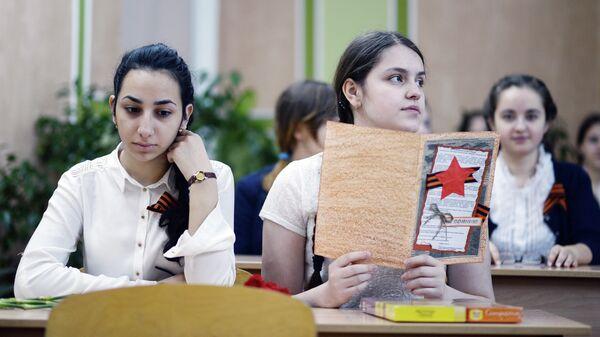 Ученицы гимназии №4 во время Всероссийского единого урока Победы