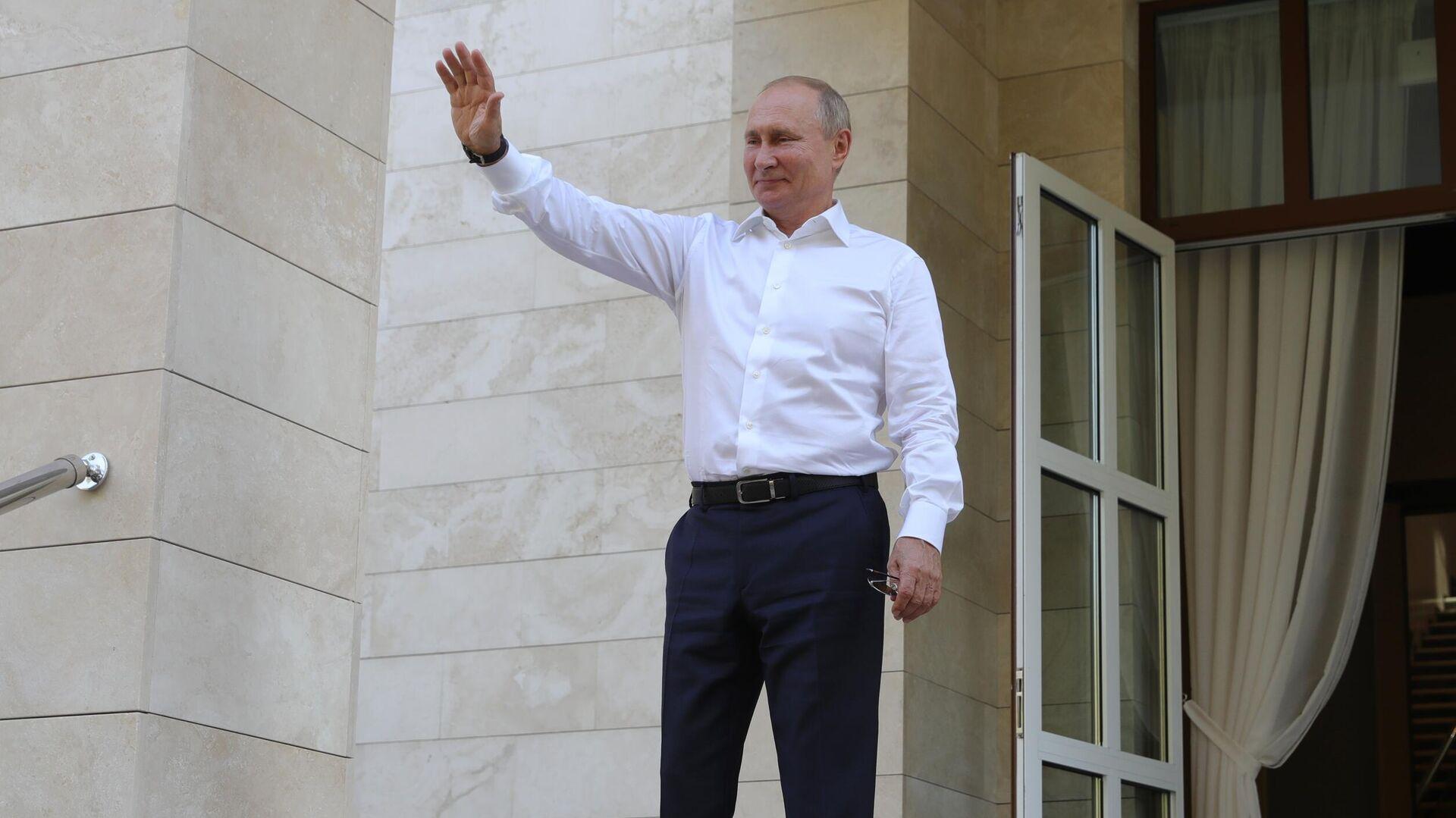 Президент РФ Владимир Путин после встречи с президентом Киргизской Республики Сооронбаем Жээнбековым в Сочи - РИА Новости, 1920, 30.09.2020