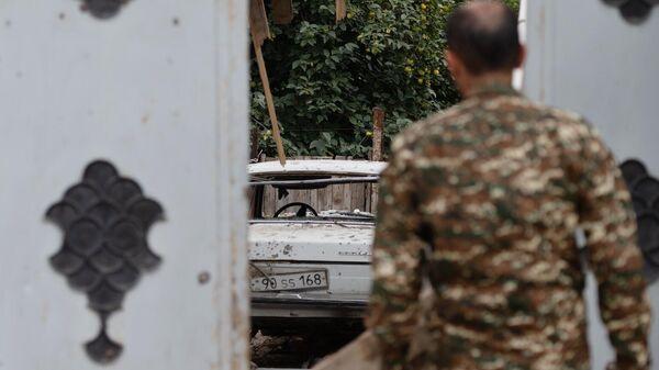 Двор с автомобилем у пострадавшего после обстрелов дома в городе Мартуни непризнанной Нагорно-Карабахской Республики