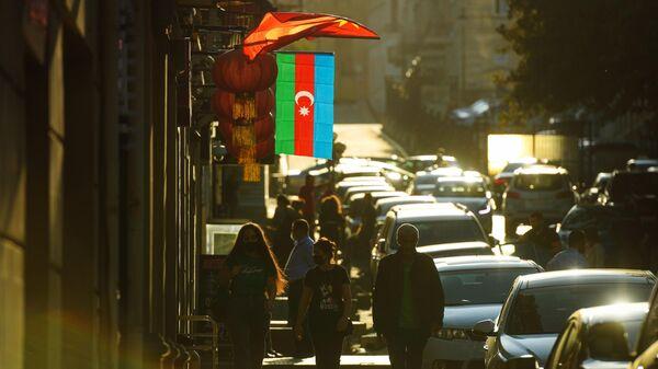 Флаг Азербайджана на улице в Баку