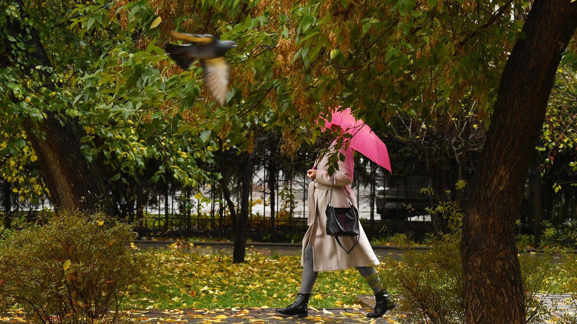 Девушка в сквере во время дождя - РИА Новости, 1920, 19.10.2020