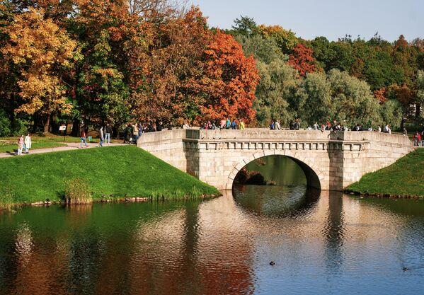 Карпин мост между Белым озером и Карпиным прудом на территории музея-заповедника Гатчина в Ленинградской области