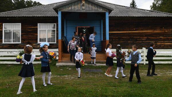 Ученики Юрт-Акбалыкской основной средней школы в Новосибирской области перед праздничной линейкой 1 сентября