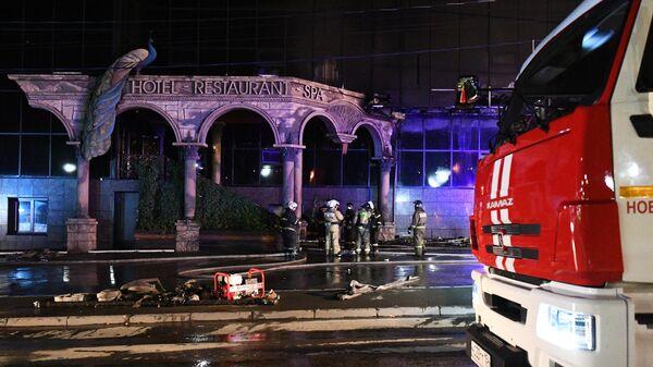 Пожарные во время тушения пожара в здании гостиничного комплекса Император в Новосибирске