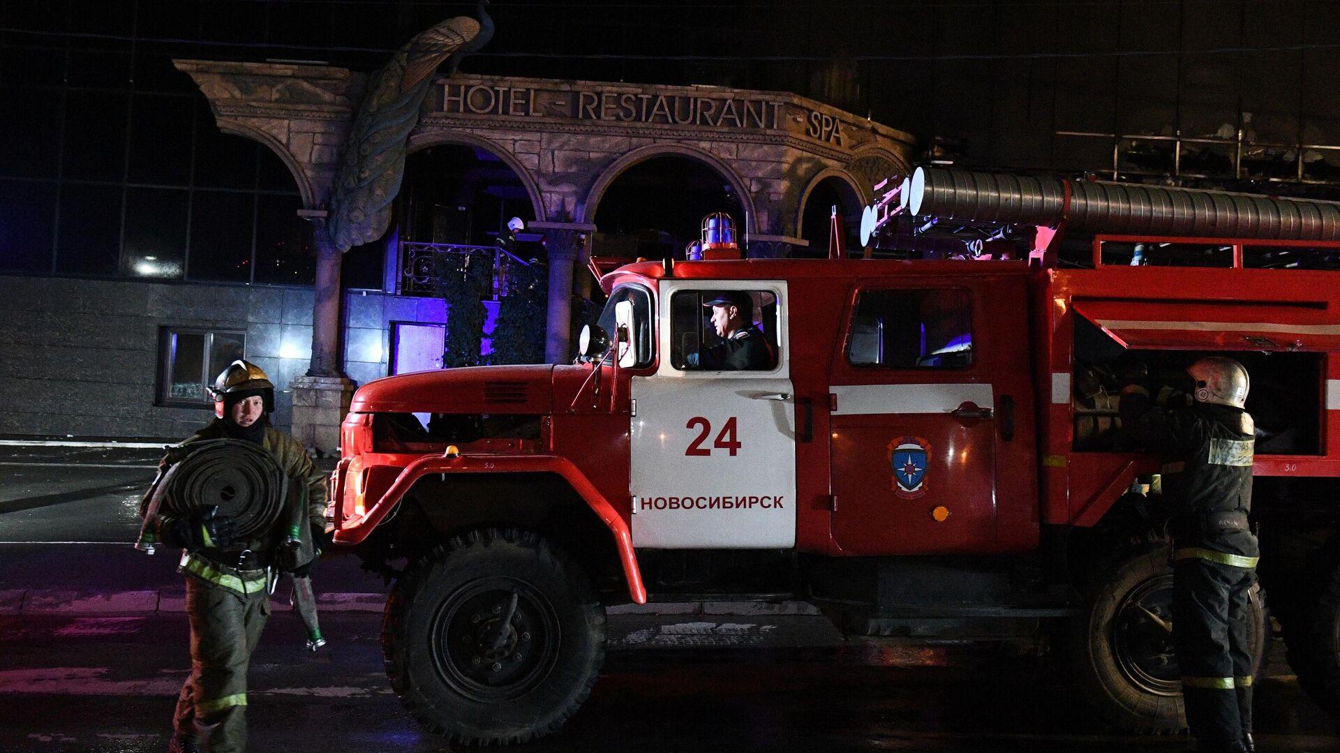 Пожарные во время тушения пожара в здании гостиничного комплекса Император в Новосибирске - РИА Новости, 1920, 30.09.2020