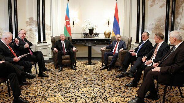 Президент Азербайджана Ильхам Алиев и премьер-министр Армении Никол Пашинян во время встречи по вопросам урегулирования нагорно-карабахского конфликта в Вене