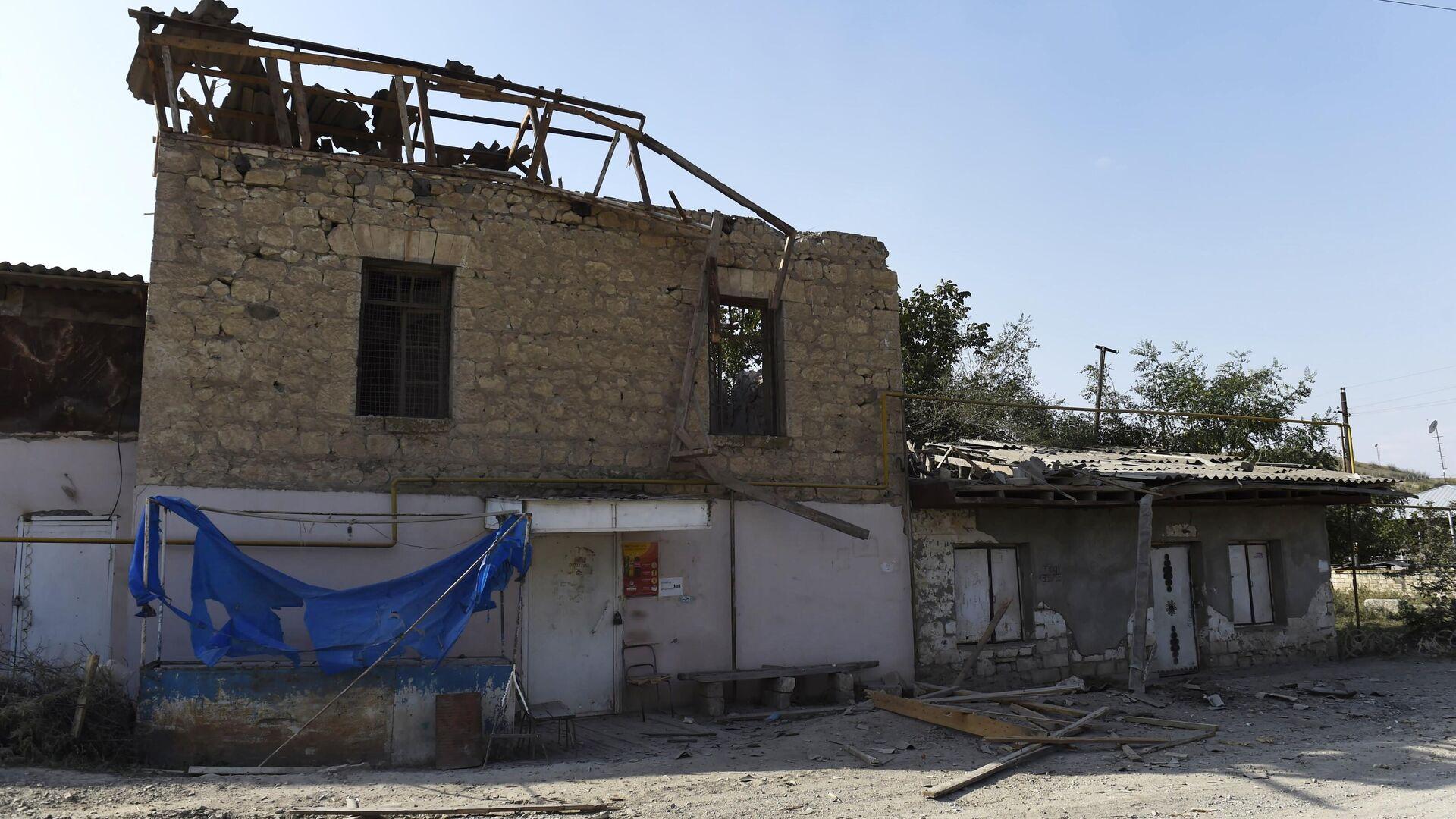 Дом, поврежденный в результате обстрела в Мартакертском районе Нагорного Карабаха - РИА Новости, 1920, 01.10.2020