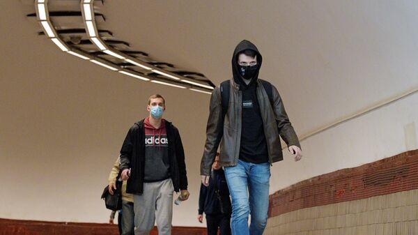 Пассажиры петербургского метрополитена в масках