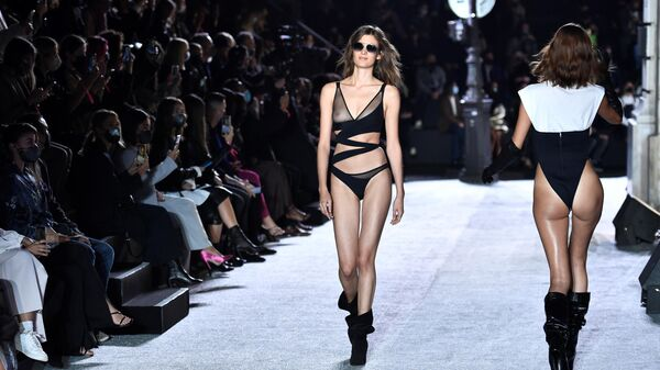Модели во время показа на Etam Live Show 2020 весна/лето 2021 в Париже