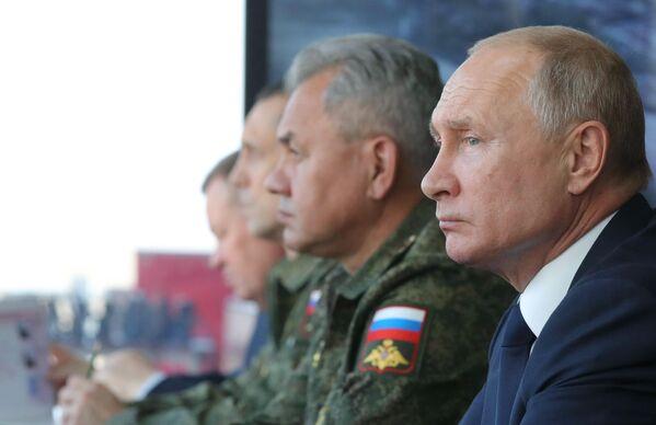 Президент РФ Владимир Путин наблюдает за ходом командно-штабных учений Кавказ-2020 на полигоне Капустин Яр Южного военного округа в Астраханской области