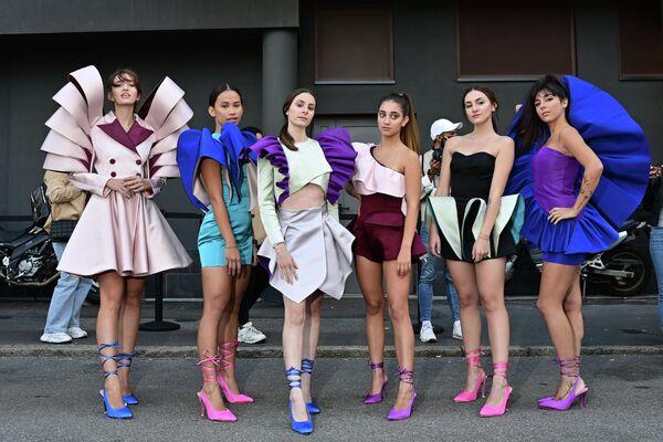 Выпускницы Института  Marangoni позируют в придуманных ими нарядах на Неделе моды в Милане