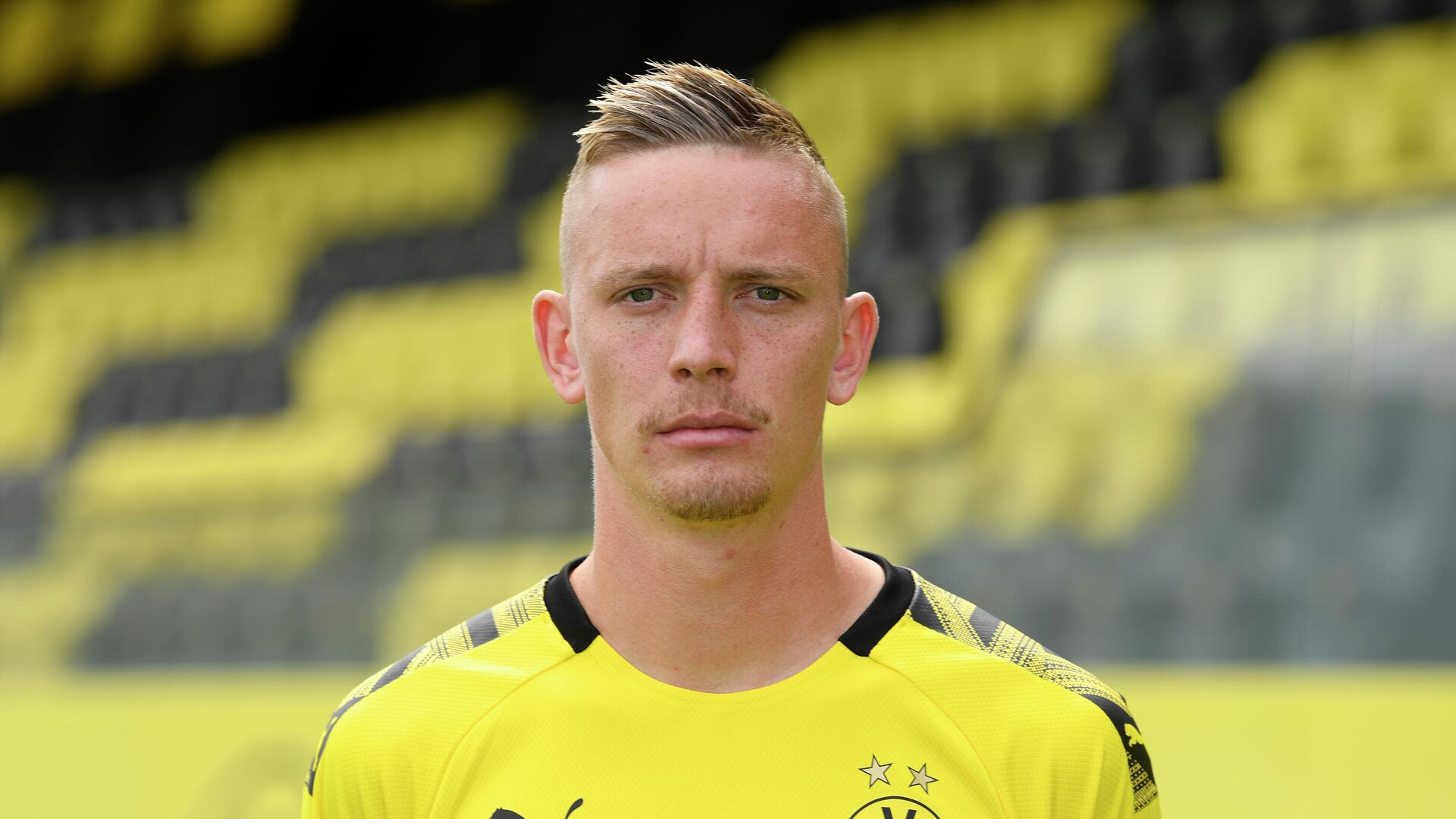 Dortmund's German forward Marius Wolf poses for a photo during the presentation of Borussia Dortmund's squad for the upcoming first Bundesliga season at their training ground in Dortmund, western Germany, on August 6, 2019. (Photo by INA FASSBENDER / POOL / AFP) - РИА Новости, 1920, 02.10.2020